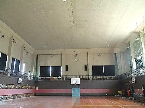 防護ネット柵取付前状況の体育館